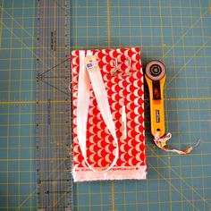 Lapped cushion back tutorial by AdrianneNZ, via Flickr Nice tutorial for invisible zipper