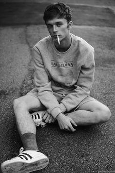 Frente al lente de Hudson Rennan, el modelo Matheus Plentz posa en exclusiva para Male Fashion Trends luciendo tendencias deportivas y relajadas para la temporada, con imágenes a blanco y negro en un mood íntimo.
