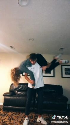 Self Defense Moves, Self Defense Martial Arts, Self Defense Techniques, Funny Short Videos, Funny Video Memes, Really Funny Memes, Girl Life Hacks, Girls Life, How To Defend Yourself