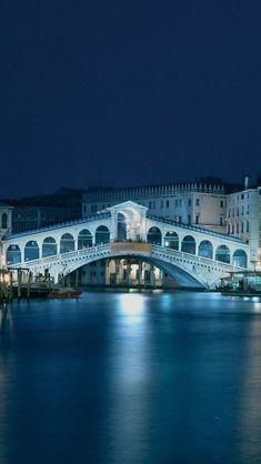ì dove nel lontano 1180 il passaggio sul Canal Grande era consentito per mezzo di una serie di imbarcazioni galleggianti, oggi c'è uno dei simboli architettonici di Venezia... Il Ponte di Rialto!