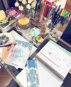 Já estamos com um pé em Fevereiro!  Organizando a semana aqui no escritório e desejando uma segunda-feira ótima para todos nós! { a papelaria personalizada e o daily planner são da @paperview_papelaria  presente lindo da #AliceFerraz e que me ajuda muito a me organizar!