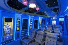 Sala de cine en casa de un fanboy