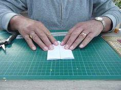 Het karton kan verschillende maten hebben , b.v 12-26 cm. Dit vouwen we dubbel. Het eerste karton is 21-7 cm en wordt zoals op de tekening gerild Het 2 de karton is 21-8 cm en wordt in vier delen gevouwen. Daarna de delen in de kaart vouwen en mooi versieren.