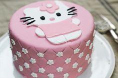 Cake design, épisode 3: décorer un gâteau d'anniversaire Hello Kitty! Dans le 1er épisode, nous réalisonsun gâteau éponge, la base idéale pour réaliser un cake design en pâte à sucre ou en pâte d'amande. Dans ce nouvel épisode, apprenez à réaliser un gâteau très girly Hello Kitty ! Idéal pour un anniversaire ou une fête …