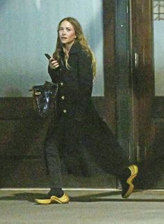 Mary-Kate Olsen Is Obviously a Sneakerhead If She Owns This Pair Ashley Mary Kate Olsen, Ashley Olsen Style, Olsen Twins Style, Olsen Fashion, Star Fashion, Olsen Sister, Beautiful Celebrities, Sneakers Fashion, Celebs