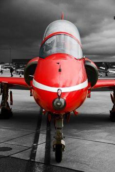 Twitter / Aviation1860: Red on grey. Static Red Arrows ... Red Arrow Plane, Raf Red Arrows, Avro Vulcan, Airplane Crafts, Royal Air Force, Military Aircraft, Fighter Jets, Air Planes, Agriculture