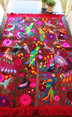 Red Tapestry, wove in backstrap loom, embroidered with Chiapas' jungle animals. Tapestry Design, Tapestry Weaving, Mexican Embroidery, Hand Embroidery, Mexican Textiles, Hanging Frames, Jungle Animals, Pictures To Paint, Patterns