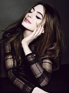 Anne Hathaway fotografada por Tom Munro para a Allure de julho de 2012