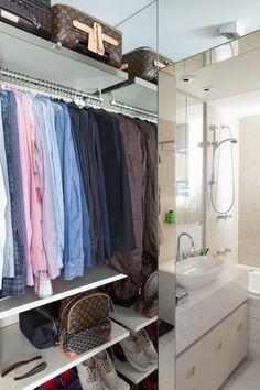 Guarda-roupa com roupas e sapatos no apartamento do arquiteto Fabio Morozini (Foto: Foto: Lufe Gomes / Editora Globo)