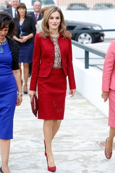 Queen Letizia looks lovely in romantic red Queen Fashion, Royal Fashion, Suits For Women, Jackets For Women, Clothes For Women, Looks Chic, Queen Letizia, Office Fashion, Office Outfits