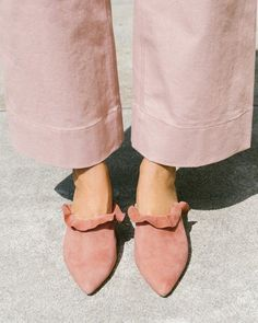 Love the little ruffle on these shoes! 53 Affordable Shoes Fashion Trends For Your Wardrobe This Summer – Love the little ruffle on these shoes! Fashion Week, Look Fashion, Fashion Shoes, Fashion Trends, Pretty Shoes, Beautiful Shoes, Sock Shoes, Shoe Boots, Suede Shoes