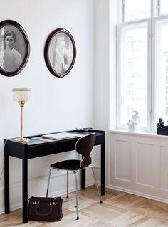 Työpöytä löytyi Roomista ja lamppu kirpputorilta.