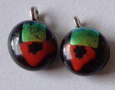 Glashangers voor oorbellen. Zwart glas als basis, miliflori en dichroic glas als detail.