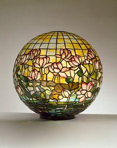 Tiffany Studios, Lily Pond Globe , ca. 1900-1905, vidrio con plomo, bronce. Cortesía del Neustadt Colección de Tiffany Glass, Nueva York.