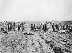 Alman ve Türk yetkililer gözlem yaparken düşen bir İngiliz uçağını kontrol ediyor.