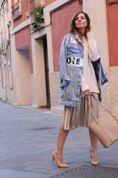 cazadora vaquera mujer falda midi plisada jersei mujer blog moda. Denim jacket outfit, midi skirt outfits, pleated midi skirt. Fashion blogger Vanessa Cano from In Front Row Style. #fashion #blog #ootd #outfits #style Skirt Outfits, Dress Skirt, Midi Skirt, Shirt Dress, Jacket Outfit, Daily Look, Front Row, The Row, Kimono Top