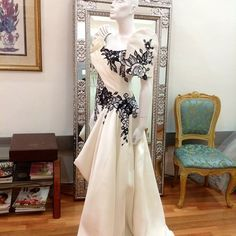 Homage to our Nation's Heritage My classic representation of the most iconic Filipino Dress. Blanc et Noir Terno in my signature roses. Modern Filipiniana Gown, Filipiniana Wedding, Wedding Gowns, Nice Dresses, Prom Dresses, Amazing Dresses, Oriental Fashion, Oriental Style, Formal Wear Women