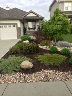 Front yard design ideas on a budget 40 Small Front Yard Landscaping, Front Yard Design, Mulch Landscaping, Low Maintenance Landscaping, Landscaping With Rocks, Landscaping Design, Small Patio, Mailbox Landscaping, Farmhouse Landscaping