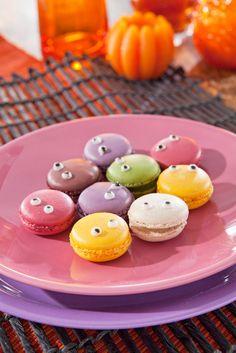 Halloween macaron-monsteri- leivonnaiset syntyvät koristelemalla valmiit Pirkka macaronit tomusokerikuorrutteella ja lakritsikastikkeella. #Halloween