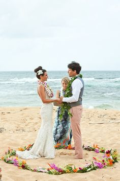 Flores formando un círculo como altar para la ceremonia en la playa. / A beautiful beach ceremony! {Micko Photo} the couple stood in side a circle as a symbol of unity