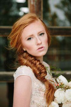 Seja ruiva natural ou não, se inspire com os penteados e maquiagens dessas 18 noivas ruivas lindas!