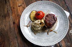 Rinderfilet im Parma-Mantel mit Spaghetti in Auberginen Creme - Feine italienische Küche bei dem der Primo und Secondo zusammen serviert wird.