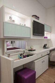 """Que fantástico o espelho que fica escondido quando a bancada está """"fechada""""!: #HomeOffice"""