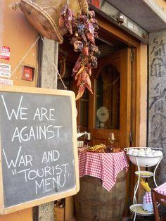 """Rzym - Zatrzybrze, napis """"jesteśmy przeciwko wojnie i menu turystycznemu"""" / Trastevere, Rome"""