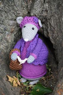 Hartenwens: juli 2013 Vestingsmuizen Crochet Mouse, Knit Crochet, Crochet Hats, Crocheted Toys, Doll Patterns, Knitting Patterns, Crochet Patterns, Beatrice Potter, Cute Mouse