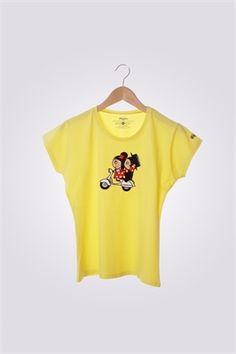 Camiseta de mujer ArriquiVespa color amarillo con diseño de Curra y Lolo en Vespa