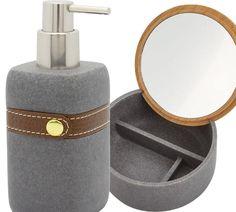 Der auffallende Seifenspender Chiara in grau ist aus stabilen und bruchfesten Polyresin. Das eingearbeitete Band aus synthetischen Leder sorgt für eine elegante Optik. Die Pumpe ist aus verchromten Nickel. Perfekt dazu passt die graue Schmuckschatulle mit Kosmetikspiegel mit 5-fach-Vergrößerung. Der geschickt eingearbeitete Spiegel ermöglicht eine vielseitige Verwendung. Mit verschlossenem Deckel dient die Dose als Aufbewahrung für Schmuck oder andere Utensilien.