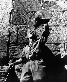 1936.Tanteando el porrón ... Gerda Taro Un vino para beber soldado republicano. Aragón frontal, España, agosto y septiembre de 1936.