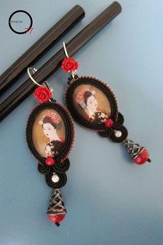 Orecchini soutache con ritratto di Geisha giapponese su cabochon di vetro, perline rocailles, perle bianche in madreperla e monachella intagliata a rosa in resina. Design Giada Zampar -Opificio77-