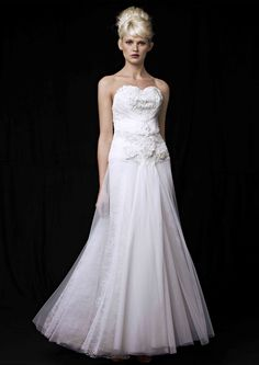 Robe ANNE, en dentelle de calais, broderies, et tulle. Dress ANNE, in Calais lace, embroideries and tulle.