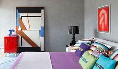 """""""Paredes em cimento queimado, em combinação com quadros e enxoval bem coloridos, formam essa proposta bem moderna. Projeto Guilherme Torres."""""""