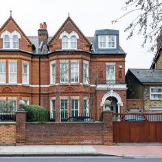 Take a tour of this reconfigured Edwardian semi detached house in London. It took some time for the owners of this property to find a family home that met their brief - but it was worth the wait. Edwardian Architecture, London Architecture, London Townhouse, London House, Victorian Terrace, Victorian Homes, Victorian Front Garden, Style At Home, Edwardian Haus