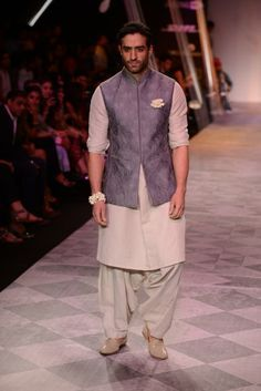 Tarun Tahiliani love that surma and gajra! Indian Men Fashion, Mens Fashion Blog, Muslim Fashion, Groom Outfit, Groom Attire, Wedding Kurta For Men, Kurta Pajama Men, Mens Ethnic Wear, Mens Sherwani
