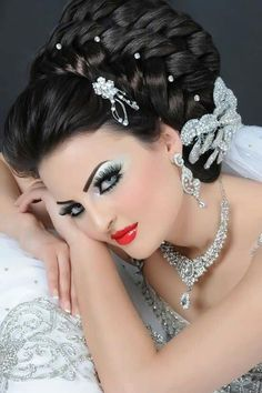 Wedding Hairstyles With Crown, Bride Hairstyles, Vintage Hairstyles, Red Lips Makeup Look, Sexy Makeup, Hair Makeup, Bridal Updo, Bridal Makeup, 1960s Hair