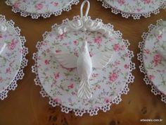 Mandala do Divino Cd Crafts, Diy And Crafts, Arts And Crafts, Baptism Cookies, Cd Diy, Feminine Decor, Baby Bonnets, Pink Christmas, Handicraft