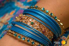 Sempre admirei os trajes magníficos e as lindas jóias das mulheres árabes com seus estilos interessantes, clássicos, respeitando os costume...
