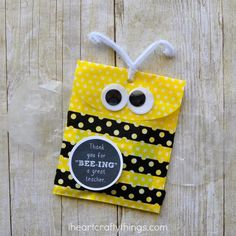 DIY Bumble Bee Teacher Gift Bag | Let the kids' teachers know you appreciate them with this fun gift bag!