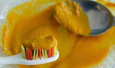 How to Whiten Your Teeth Naturally at Home with Turmeric - Turmeric powder is often used for skin whitening, and can be used to whiten teeth as well. Ingredients: 4 tablespoons of organic turmeric root powder 2 tablespoons of baking soda tablespoons of Best Teeth Whitening Kit, Teeth Whitening Remedies, Natural Teeth Whitening, Skin Whitening, Toothpaste Recipe, Homemade Toothpaste, Pasta Dental Natural, Pasta Dental Casera, Organic Turmeric