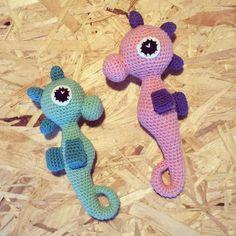 Så blev der lavet rangler til både stor og lille. Den søde søhest af @unkeldesign #rangle #søhest #seahorse #lillebror #storesøster #SåSød #hækle #hæklet #crochet #chrocheting #instacrochet by majbrittk88