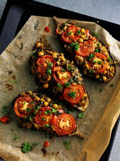 Fyldt op. Kikærter og grøntsager fylder op i auberginerne, som er gode serveret med for eksempel tzatziki, brød og salat. Afhængig af mængden af tilbehør kan de tre auberginer serveres for tre-seks personer.