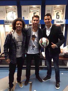 Marcelo, Ramos y Cristiano con el balón de su último hat-trick.