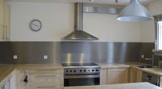 crédence cuisine inox Home Kitchens, Sweet Home, Ceiling Lights, Architecture, Interior, Table, House, Furniture, Home Decor