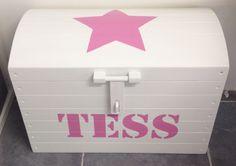 Speelgoedkist met ster en naam in de kleur prinsessen roze van Atelier Nanda