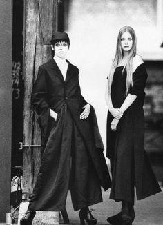 Nadja Auermann and Patricia Hartmann by Max Vadukul for Vogue Paris February 1993 Grunge Style, Soft Grunge, Rei Kawakubo, Vintage Vogue, Vintage Fashion, Xiao Li, Yoji Yamamoto, Japanese Fashion Designers, 80s And 90s Fashion