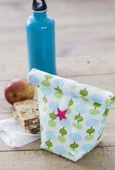 Ob Pausenbrot oder leckere Snacks fürs Picknick – die kleine Stärkung für unterwegs kann in diesem genähten Lunchbag aus laminierten Stoffen von Free Spirit stilvoll transportiert werden. Das Auge isst ja bekanntlich mit. Guten Appetit! Material: Stoffbedarf: 21 x 65...