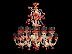Großer Muranoglas-Deckenlüster mit Ca'Rezzonico rosso Höhe: ca. 175 cm. Durchmesser: ca. 145 cm. Venedig. Transparentes farbloses, gelbes und grünes sowie opakes rotes Glas. Die Schirmchen in Schwarz....